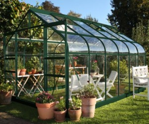 Nowoczesne szklarnie ogrodowe wyposażone są w mechanizmy wspierające samodzielną uprawę roślin. Fot. Ogrodosfera