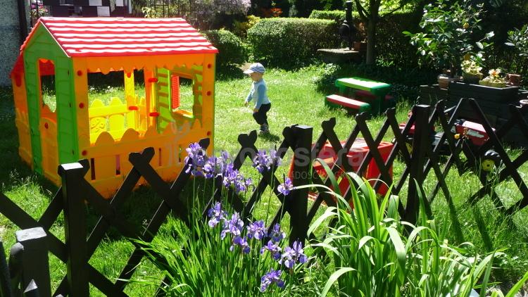 domek plastikowy do zabawy w ogrodzie